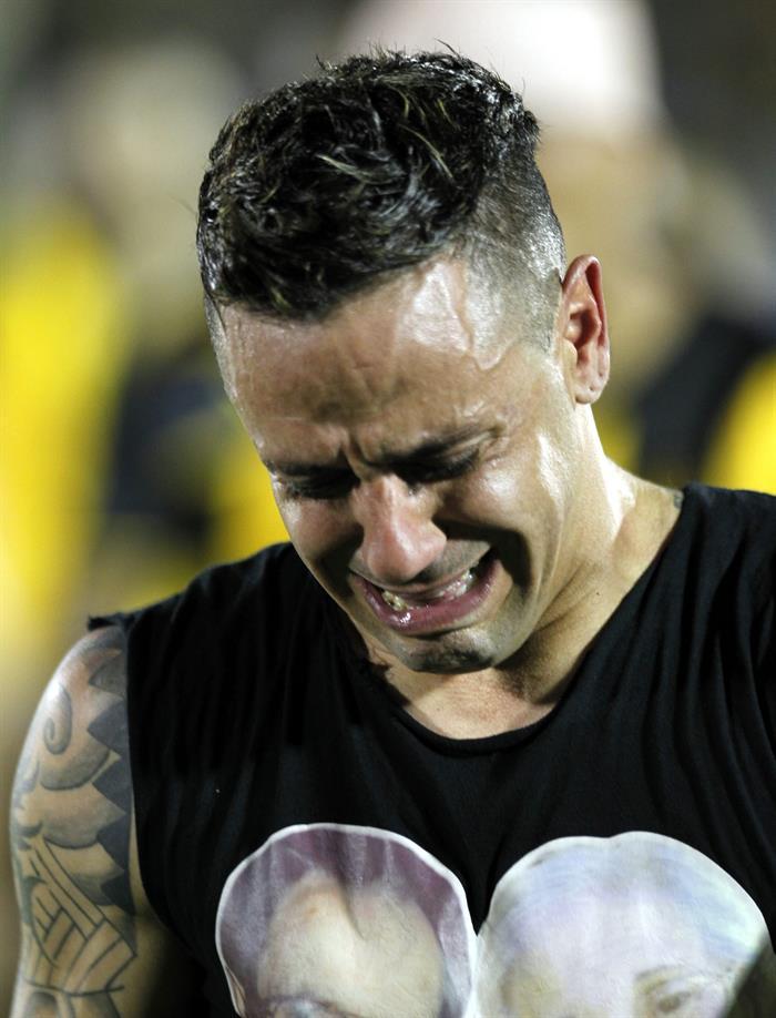 El jugador de Peñarol Fabián Estoyanoff se retira después de perder ante Estudiantes de la Plata. Foto: EFE
