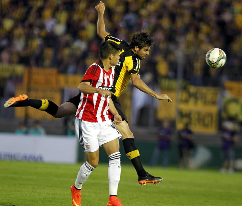 El jugador de Estudiantes de la Plata Joaquín Correa (i) disputa el balón con Gonzalo Viera (d) de Peñarol. Foto: EFE