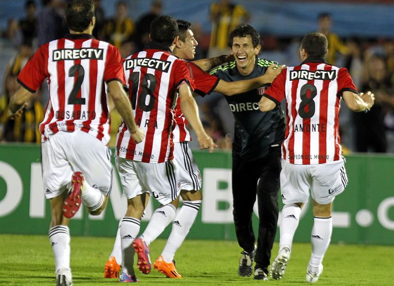 Los jugadores de Estudiantes de la Plata celebran la victoria ante Peñarol. Foto: EFE