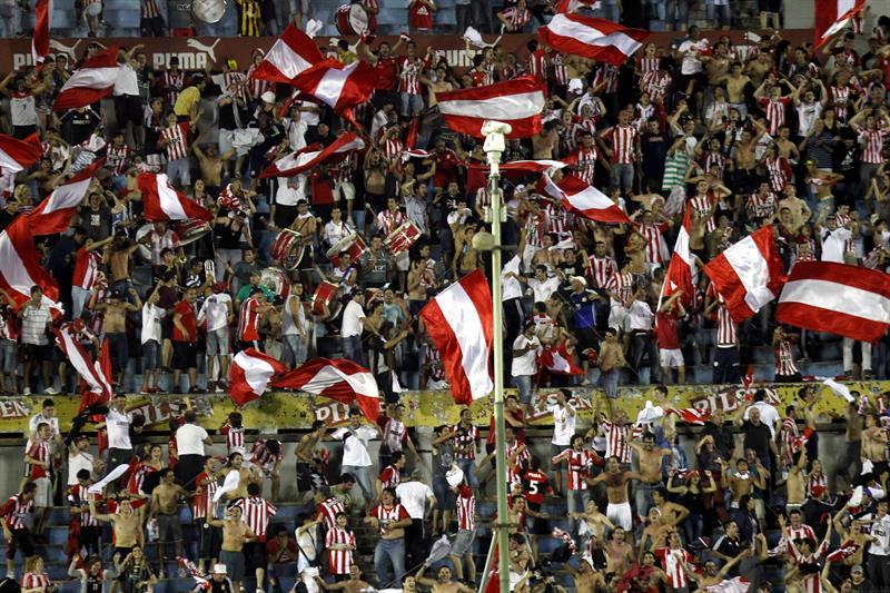 Simpatizantes de Estudiantes de la Plata celebran la victoria ante Peñarol. Foto: EFE