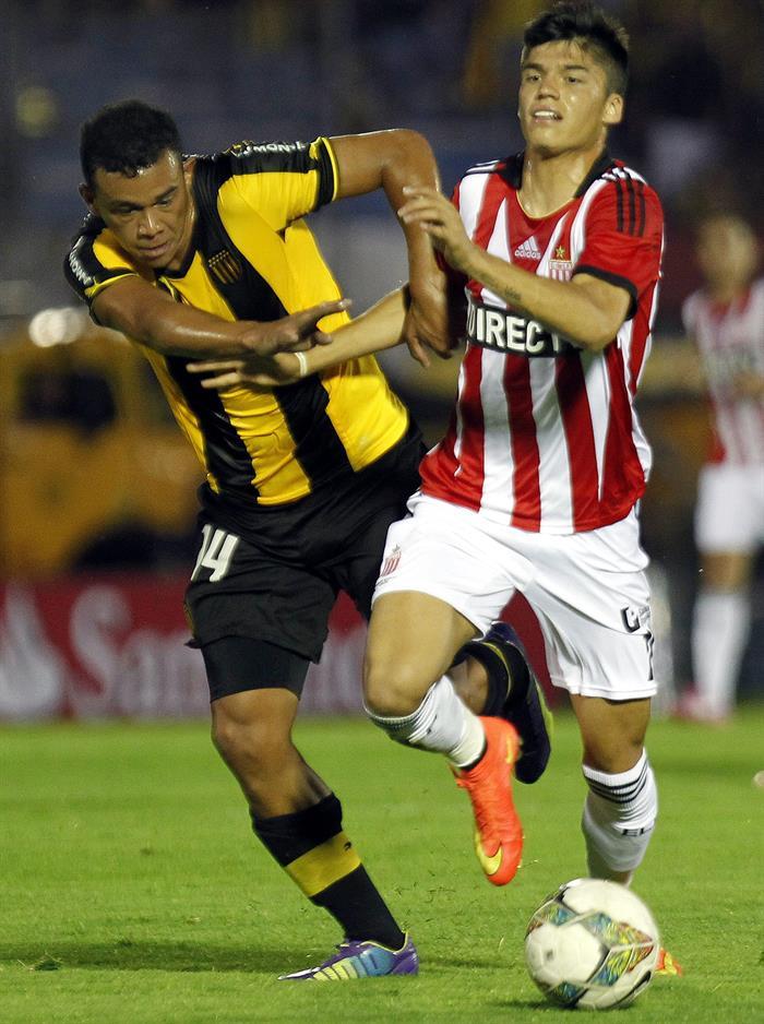 El jugador de Estudiantes de la Plata Joaquín Correa (d) disputa el balón con Sebastián Píriz (i) de Peñarol. Foto: EFE