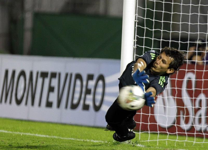 El guardameta de Estudiantes de la Plata Hilario Navarro detiene el último penal de la definición ante Peñarol. Foto: EFE