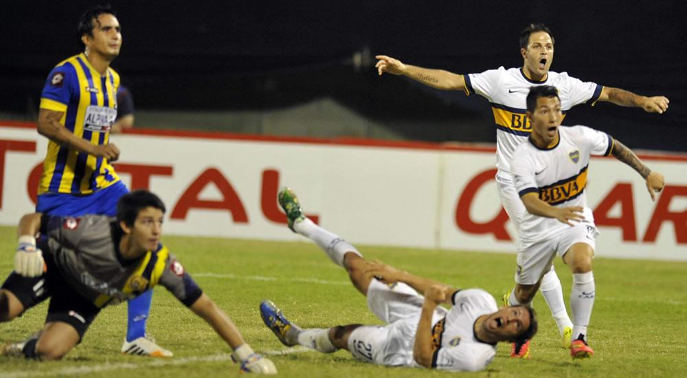 Luciano Acosta (c-d) de Boca Juniors de Argentina celebra tras anotar un gol ante Deportivo de Capiatá de Paraguay. Foto: EFE