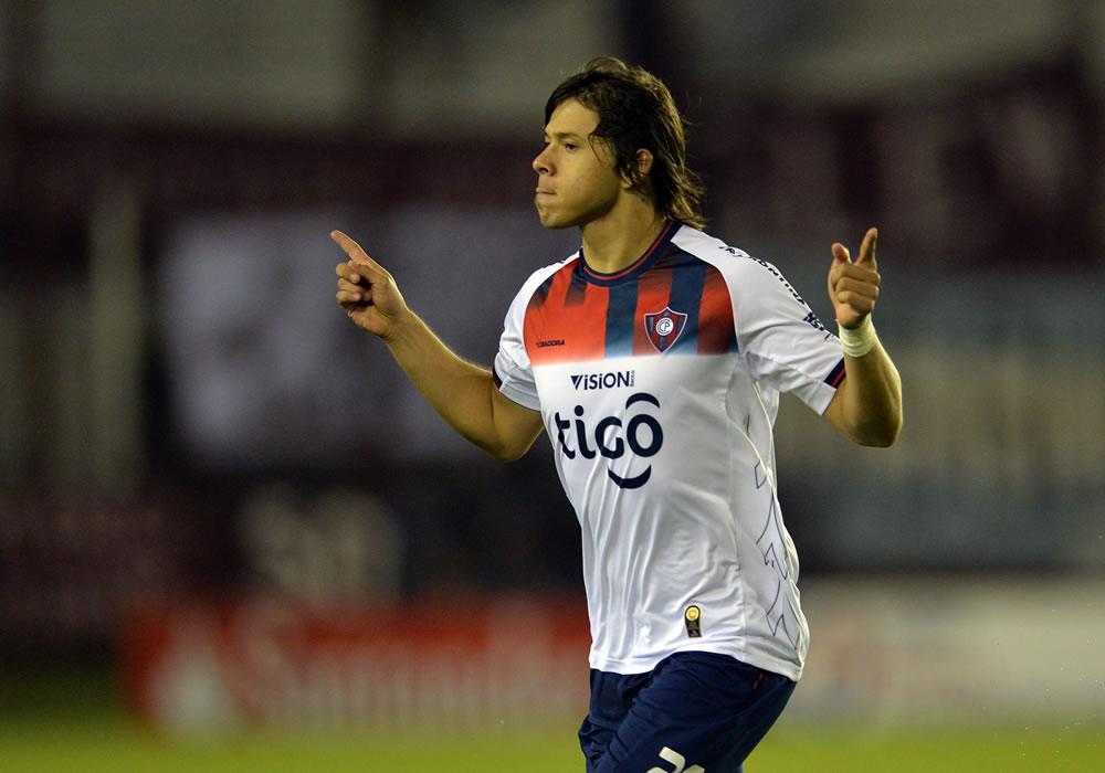 Óscar Romero de Cerro Porteño de Paraguay festeja su gol ante Lanús. Foto: EFE