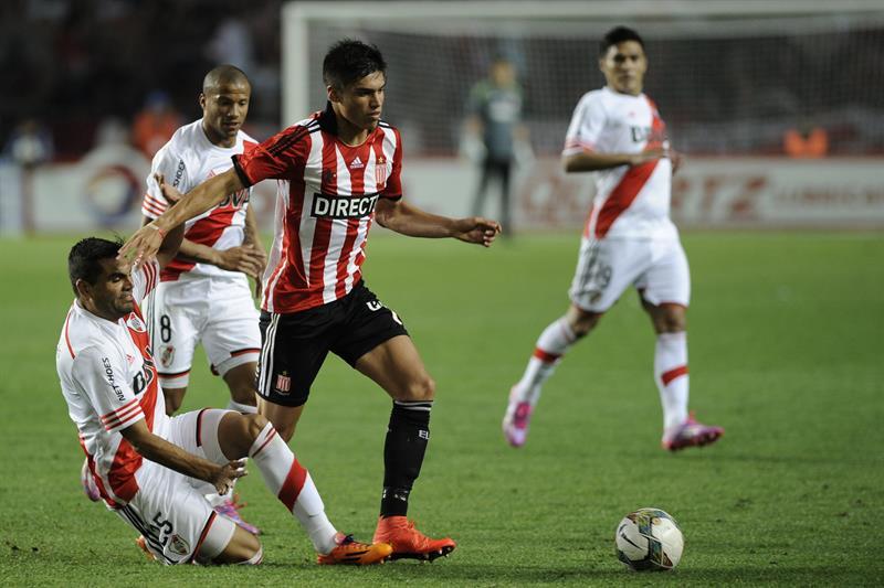El jugador de River Plate Gabriel Mercado (i) disputa el balón con Joaquin Correa (d) de Estudiantes de la Plata. EFE