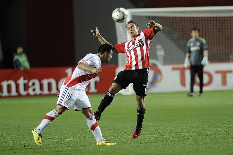 El jugador de River Plate Ariel Rojas (i) disputa el balón con Gaston Gil Romero (d) de Estudiantes de la Plata. EFE