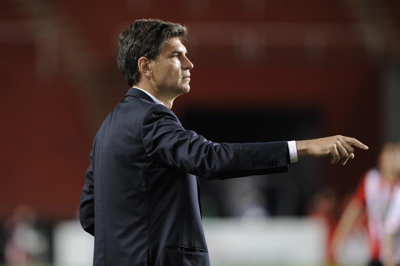El entrenador de Estudiantes de La Plata Mauricio Pelegrino dirige a su equipo ante River Plate. EFE
