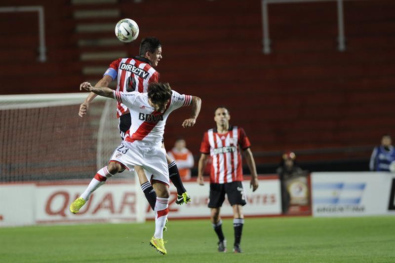 El jugador de River Plate Leonardo Ponzio (frente) disputa el balón con Guido Carrillo (atrás) de Estudiantes de la Plata. EFE