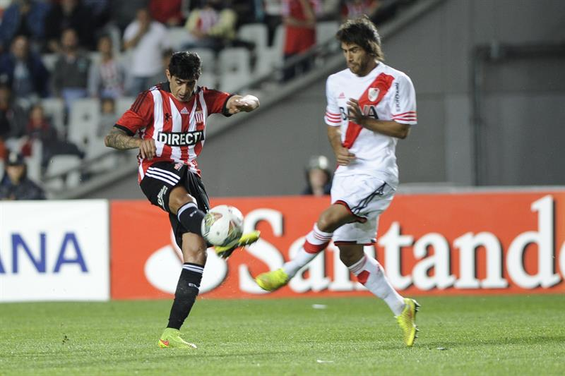El jugador de River Plate Leonardo Ponzio (d) disputa el balón con Roman Martinez (i) de Estudiantes de la Plata. EFE