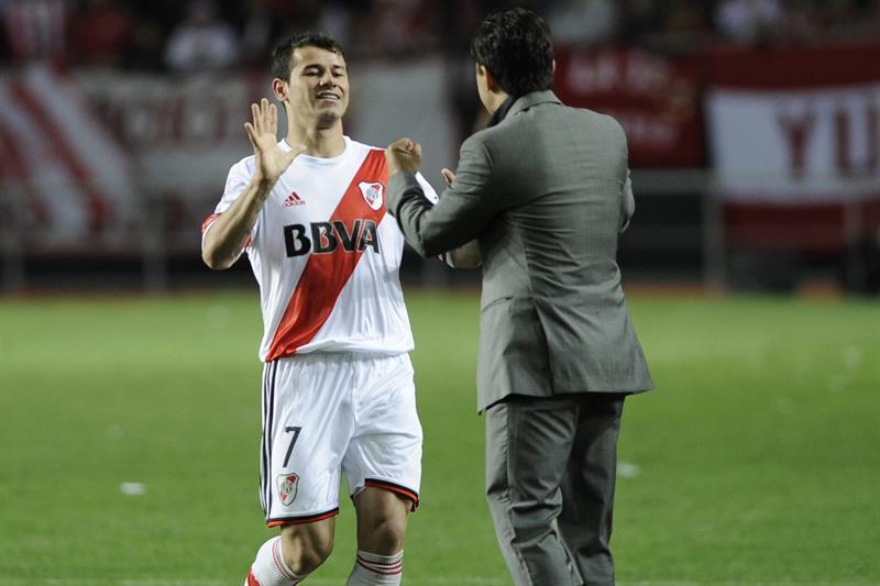 El jugador de River Plate Rodrigo Mora (i) celebran un gol con el entrenador Marcelo Gallardo ante Estudiantes de la Plata. EFE