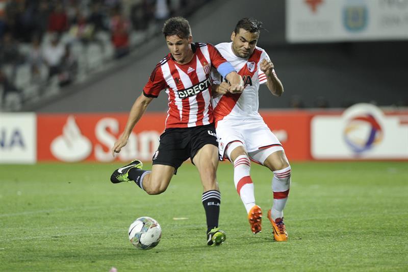 El jugador de River Plate Gabriel Mercado (d) disputa el balón con Guido Carrillo (i) de Estudiantes de la Plata. EFE