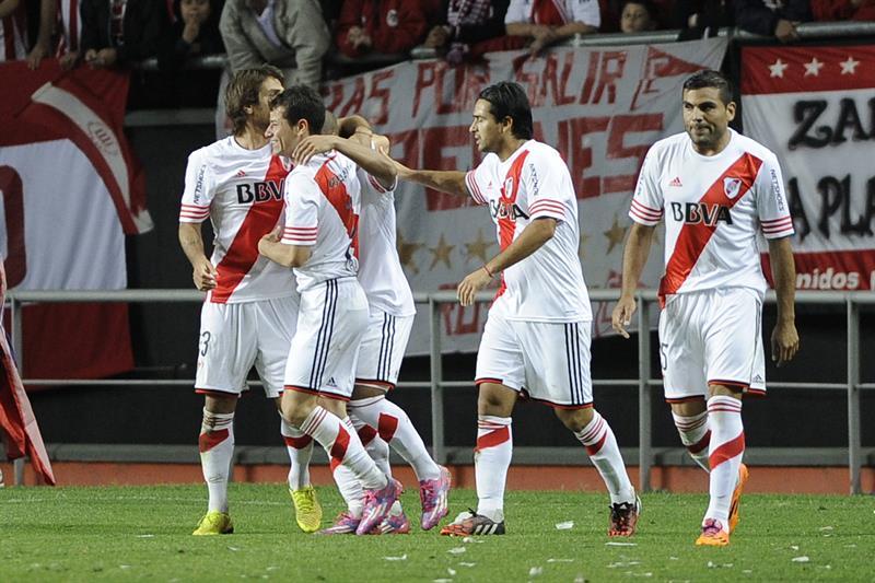 Jugadores de River Plate celebran un gol ante estudiantes de la Plata. EFE