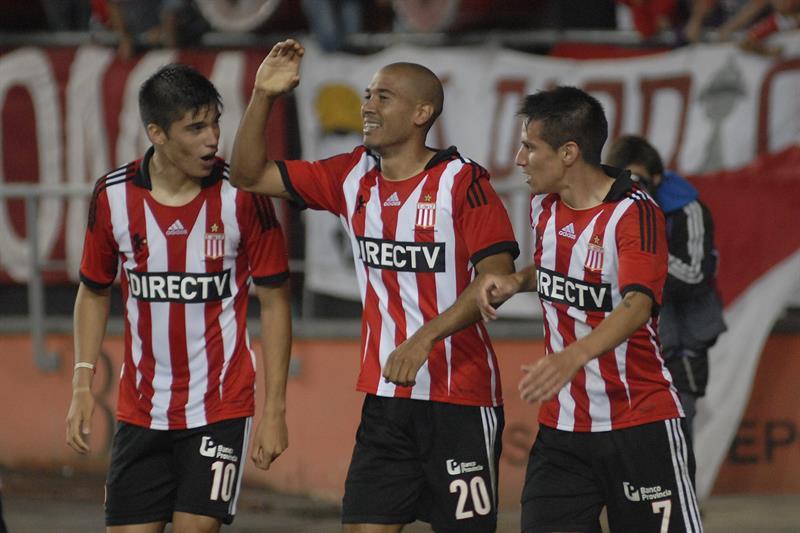 Los jugadores de Estudiantes de la Plata (i) Joaquin Correa, Diego Vera (c) y Carlos Auzqui (d) festejan el gol de su equipo contra River Plate. EFE