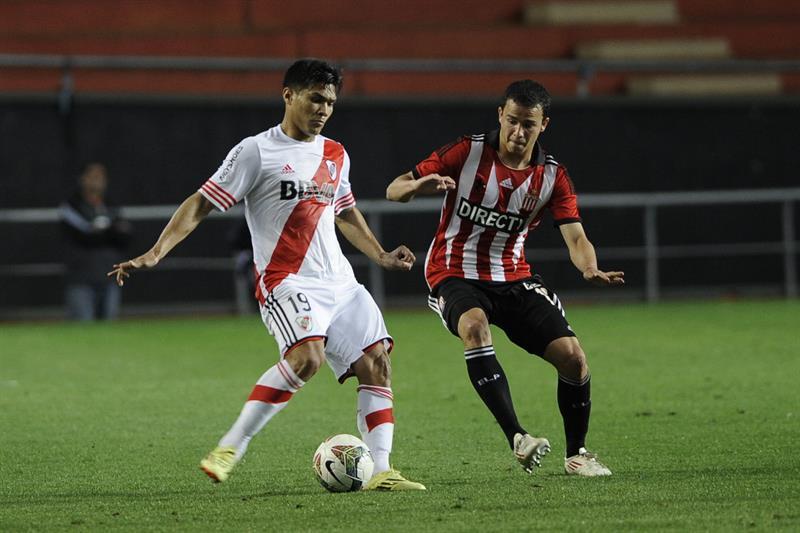 El jugador de River Plate el colombiano Teofilo Gutierrez (i) disputa el balón con Leo Jara (d) de Estudiantes de la Plata. EFE