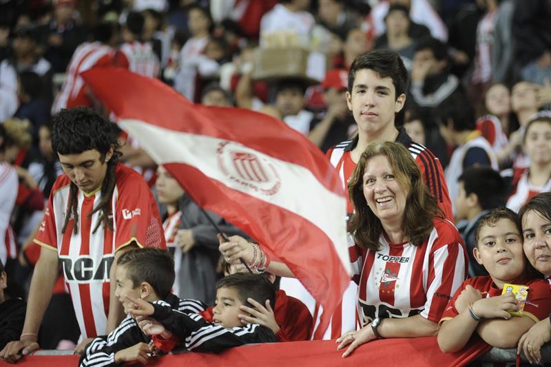 Aficionados de Estudiantes de la Plata animan a su equipo ante River Plate. EFE