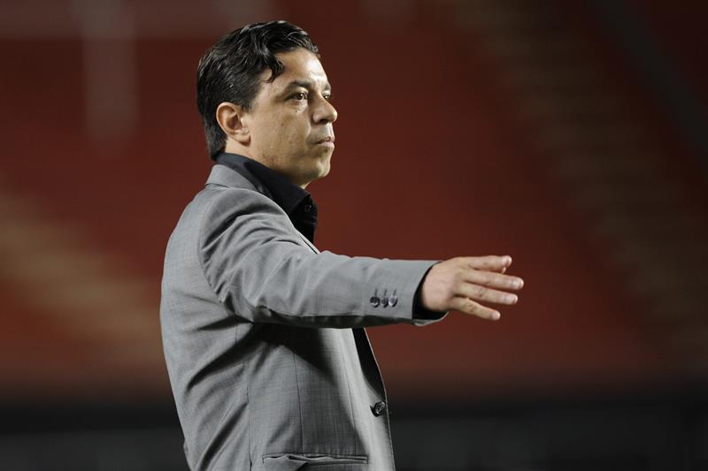 El entrenador de River Plate Marcelo Gallardo dirige a su equipo ante Estudiantes de la Plata. EFE