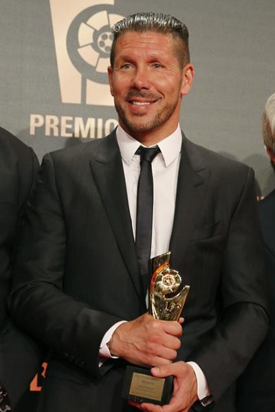 El DT argentino del Atlético de Madrid, Diego Pablo Simeone, posa con el galardón al Mejor Entrenador durante la gala de entrega de los Premios LFP. Foto: EFE