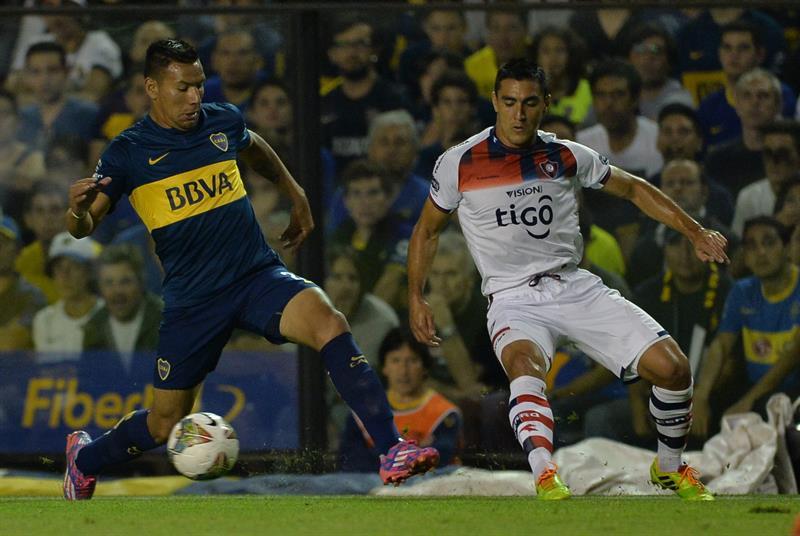 El jugador de Boca Juniors Andrés Chávez (i) conduce el balón ante la marca de Miguel Paniagua(d), de Cerro Porteño. Foto: EFE