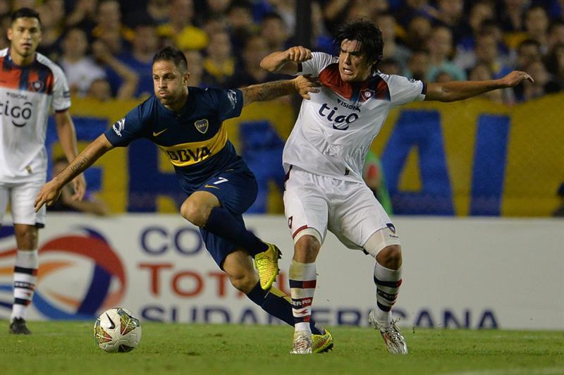 El jugador de Cerro Porteño Fidencio Oviedo (d) disputa el balón con Juan Manuel Martínez (i), de Boca Juniors. Foto: EFE