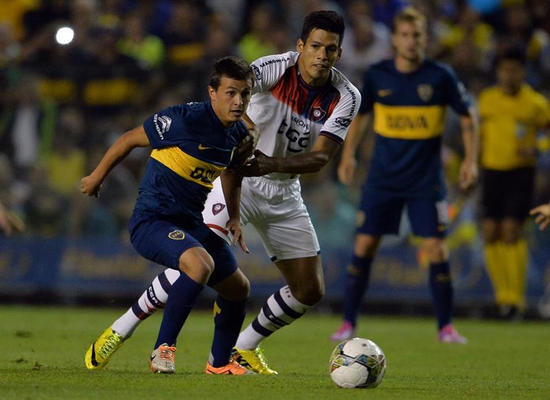 El jugador de Boca Juniors Andrés Cuba (i) conduce el balón ante la marca de Julio Dos Santos (d), de Cerro Porteño. Foto: EFE