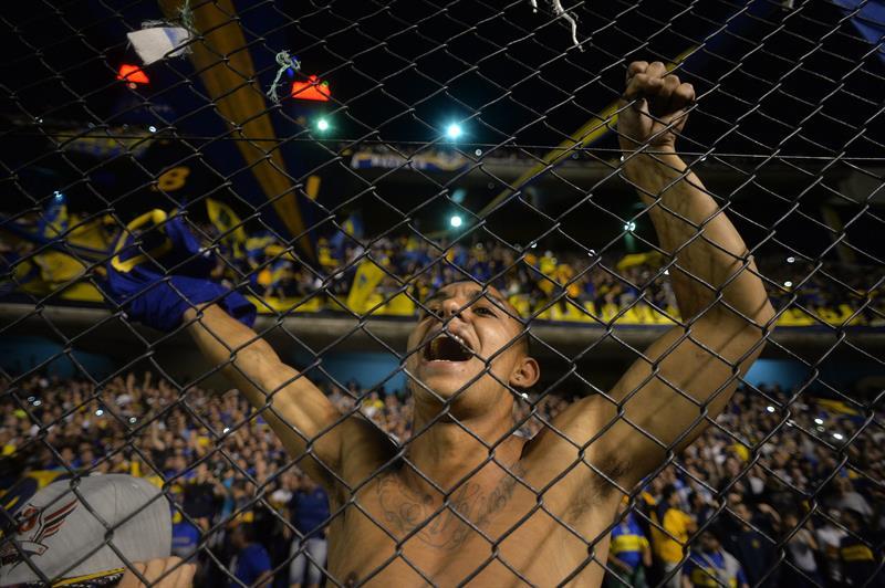 Un aficionado de Boca Juniors celebra la victoria de su equipo ante Cerro.Porteño. Foto: EFE