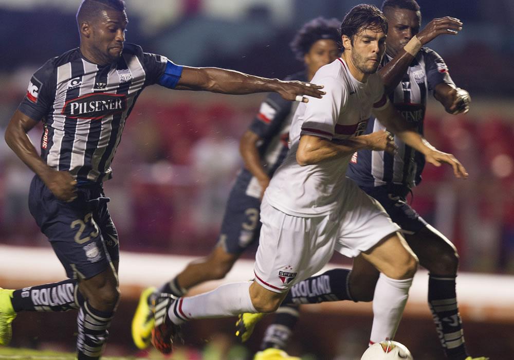 El jugador del Sao Paulo Kaká (c) disputa el balón con Gabriel Achilier (d) Emelec. Foto: EFE