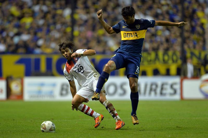 El jugador de Boca Juniors Leandro Marín (d) conduce el balón ante la marca de Oscar Romero (i), de Cerro Porteño. Foto: EFE