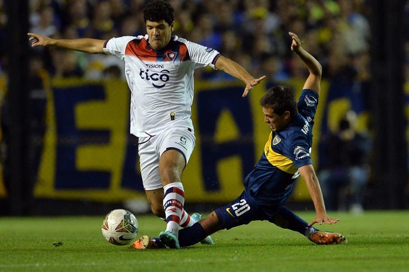 El jugador de Boca Juniors Andrés Cuba (d) disputa el balón con José Ortigoza (i), de Cerro Porteño. Foto: EFE