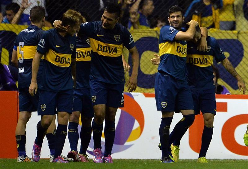 Jugadores de Boca Juniors celebran después de anotar un gol ante Cerro Porteño. Foto: EFE