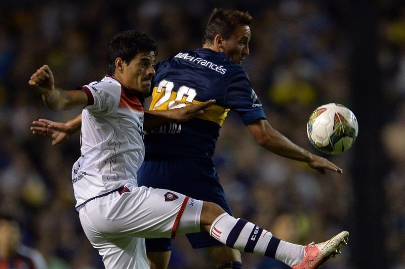 El jugador de Boca Juniors Andrés Cuba (i) disputa el balón con Bruno Valdez (i), de Cerro Porteño. Foto: EFE