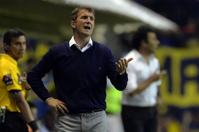 El director técnico de Boca Juniors, Rodolfo Arruabarrena, da instrucciones a sus jugadores. Foto: EFE