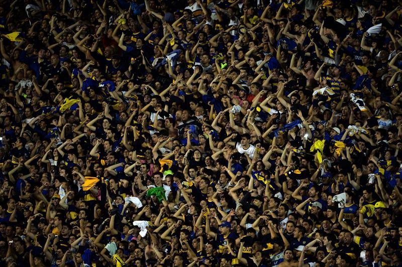 Aficionados de Boca Juniors animan a su equipo ante Cerro Porteño. Foto: EFE