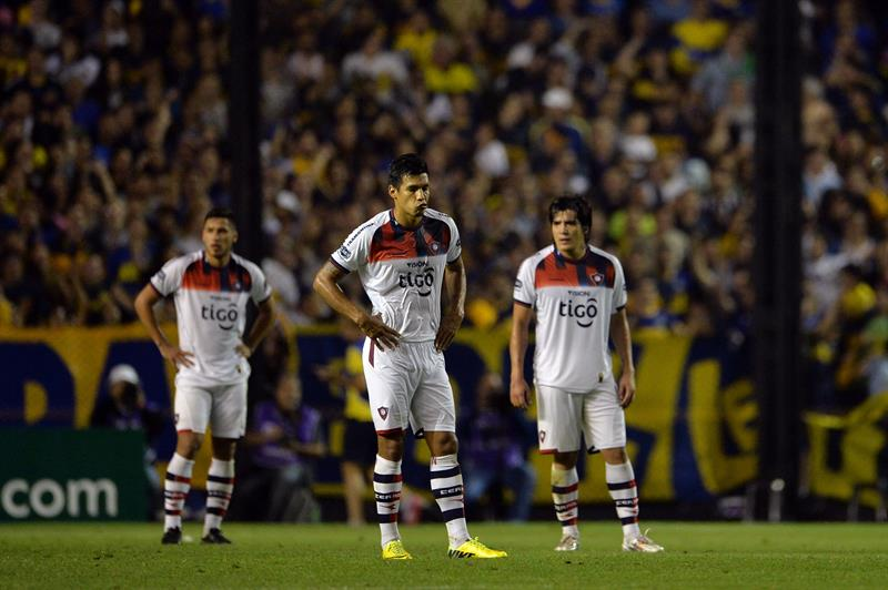 Jugadores de Cerro Porteño se lamenta después de perder ante Boca Juniors. Foto: EFE