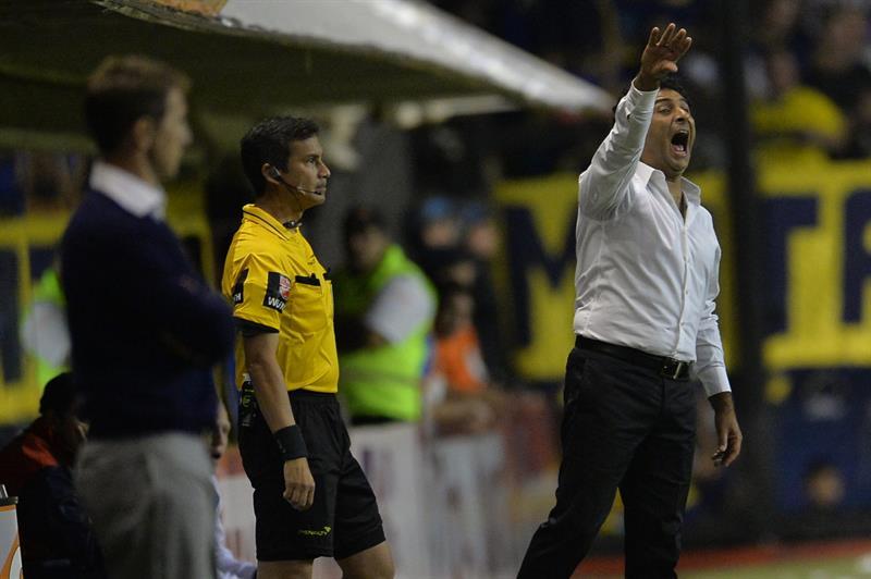 El entrenador de Boca Juniors Leonardo Astrada dirige a su equipo ante Cerro Porteño. Foto: EFE