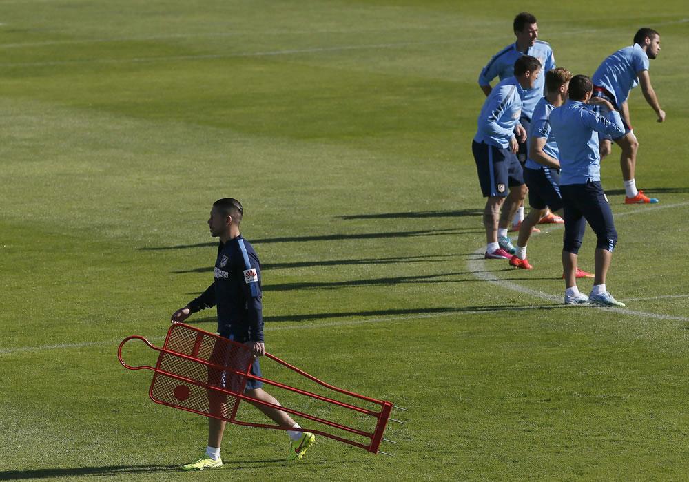 El DT del Atlético de Madrid, Diego Simeone (i), durante el entrenamiento del equipo en el Cerro del Espino en Majadahonda (Madrid). Foto: EFE