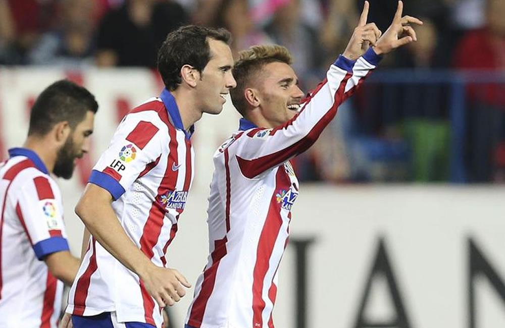 El delantero francés del Atlético de Madrid, Antone Griezmann (d) celebra con su compañero. Foto: EFE