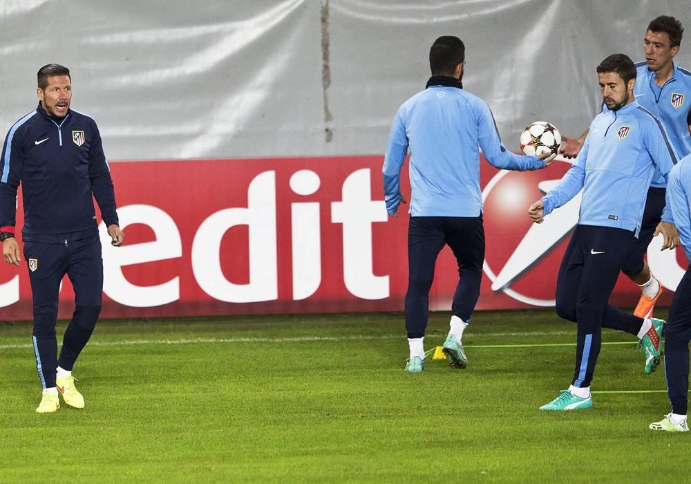 El DT del Atlético de Madrid, el argentino Diego Simeone (i), dirige un entrenamiento de su equipo en el Nuevo Estadio de Malmo, Suecia. Foto: EFE