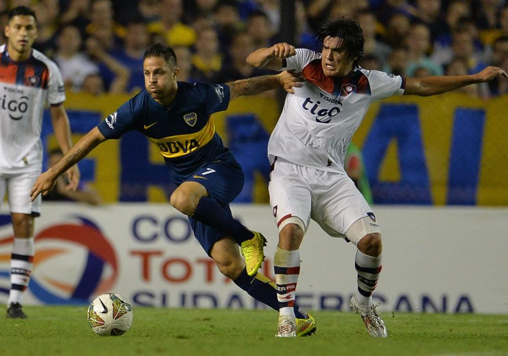 El jugador de Cerro Porteño Fidencio Oviedo (d) disputa el balón con Juan Manuel Martínez (i), de Boca Juniors. EFE
