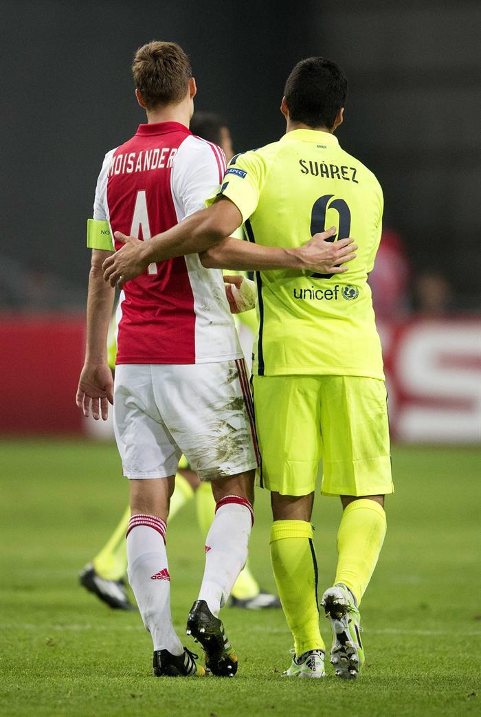El delantero del FC Barcelona Luis Suárez (d) saluda a Niklas Moisander, del Ajax, al término del partido del grupo F. EFE