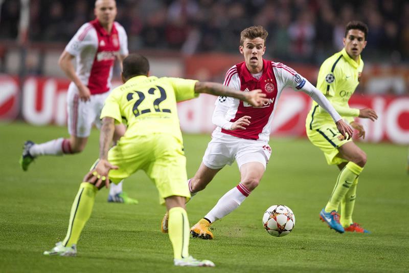El defensa brasileño del FC Barcelona Dani Alves (i) pelea por el balón con Lucas Andersen (c), del Ajax de Ámsterdam. EFE