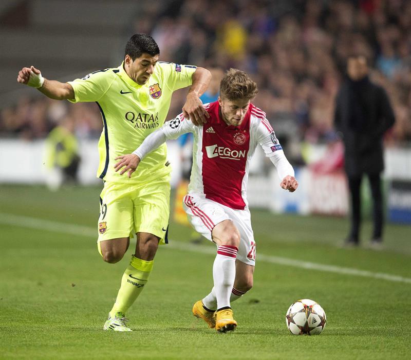 Luis Suárez (i), delantero uruguayo del FC Barcelona, lucha por el balón con Lasse Schone, del Ajax de Ámsterdam. EFE