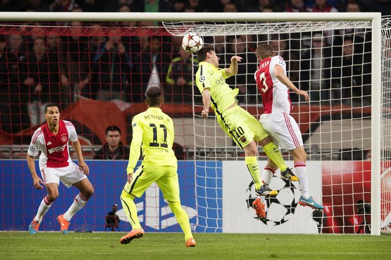 El delantero argentino del FC Barcelona Leo Messi (2i) marca el 0-1 durante el partido del grupo F de la Liga de Campeones. EFE