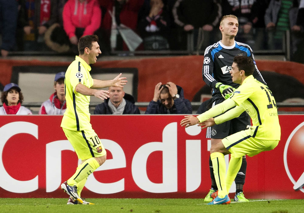 El delantero argentino del FC Barcelona Leo Messi (i) es felicitado por su compañero Marc Barta (d) tras marcar el 0-1 durante el partido del grupo F de la Liga de Campeones. Foto: EFE