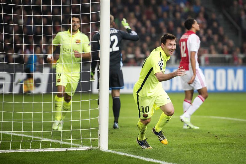 El delantero argentino del FC Barcelona Leo Messi (c) muestra su alegría tras marcar el 0-2 ante el Ajax. EFE