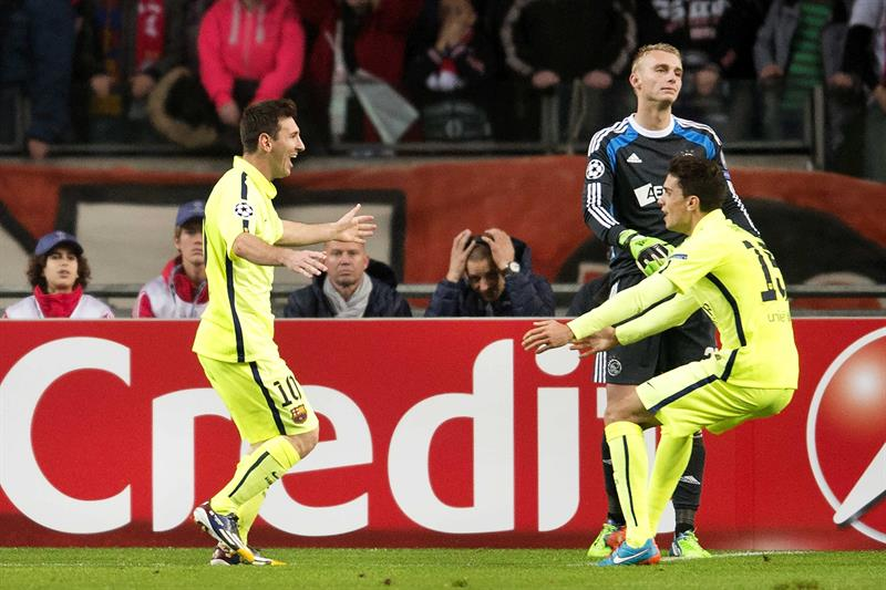 El delantero argentino del FC Barcelona Leo Messi (i) es felicitado por su compañero Marc Barta (d) tras marcar el 0-1 ante el Ajax. EFE