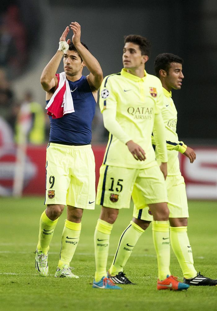 Los jugadores del FC Barcelona (i-d) Luis Suiárez, Bartra y Rafinha, al término del partido del grupo F de la Liga de Campeones. EFE