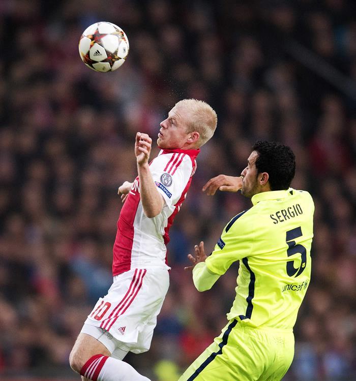 El centrocampista del FC Barcelona Sergio Busquets (d) pelea por el balón con Davy Klaasen, del Ajax de Ámsterdam. EFE