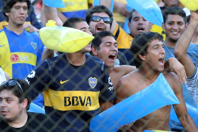 Hinchas del Boca Juniors de Argentina alientan a sus jugadores poco antes de enfrentar al Cerro Porteño de Paraguay. Foto: EFE