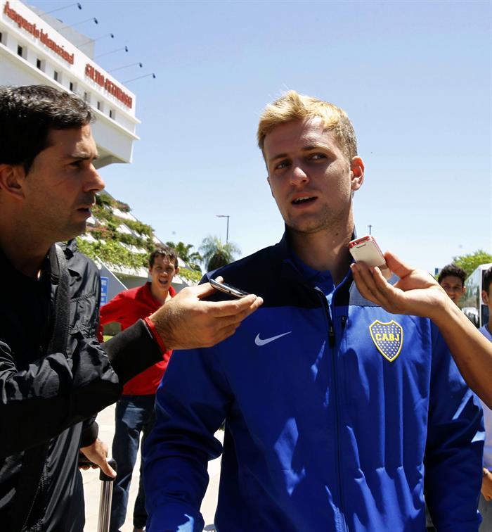El jugador del equipo argentino Boca Juniors Nicolás Carlos Colazo (d) habla con la prensa a su llegada a Asunción. Foto: EFE