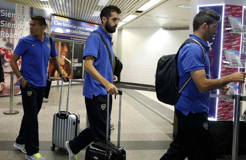 El jugador del equipo argentino Boca Juniors Mariano Raúl Echeverría (c) llega a Asunción. Foto: EFE